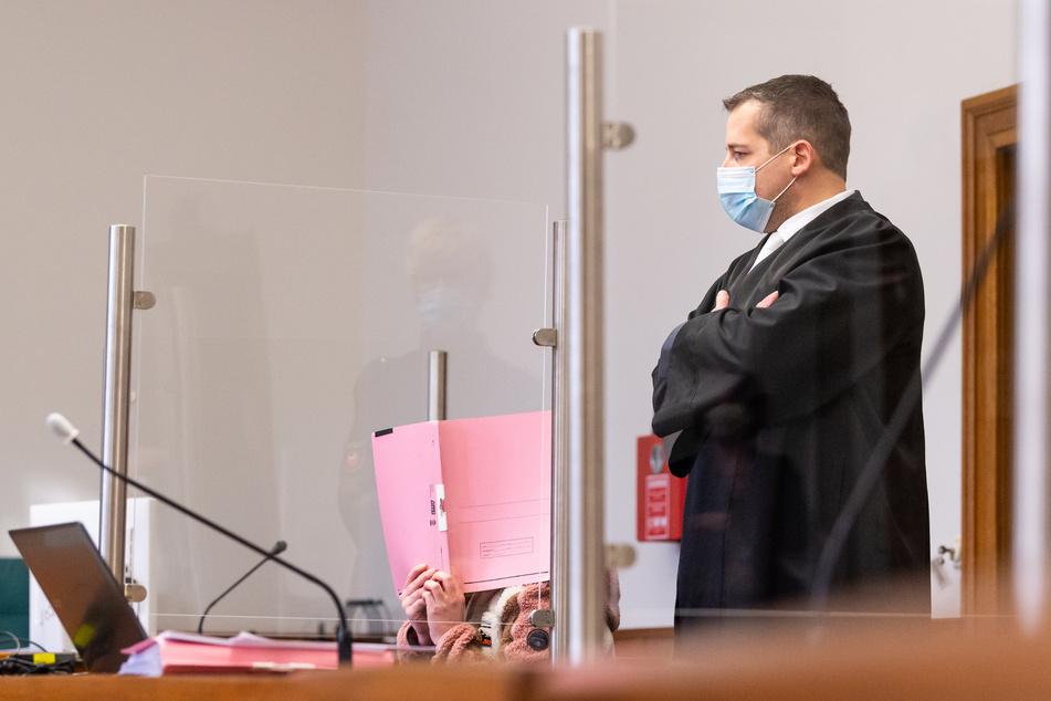 Die Angeklagte (22, l.) sitzt neben ihren Anwalt Moritz Klay im Landgericht.