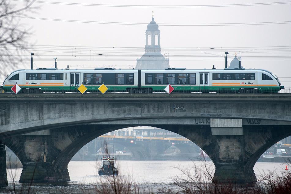 Ein Trilex-Zug der Länderbahn fährt auf der Marienbrücke über die Elbe, im Hintergrund ist die Frauenkirche zu sehen. Deutschland, Tschechien und Österreich wollen die Bahn-Verbindungen zwischen den drei Ländern ausbauen.