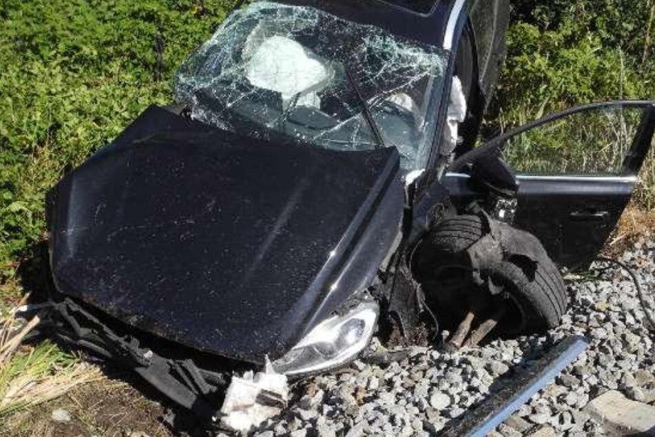 Zug rammt Auto auf Bahnübergang: 20-Jährige schwer verletzt