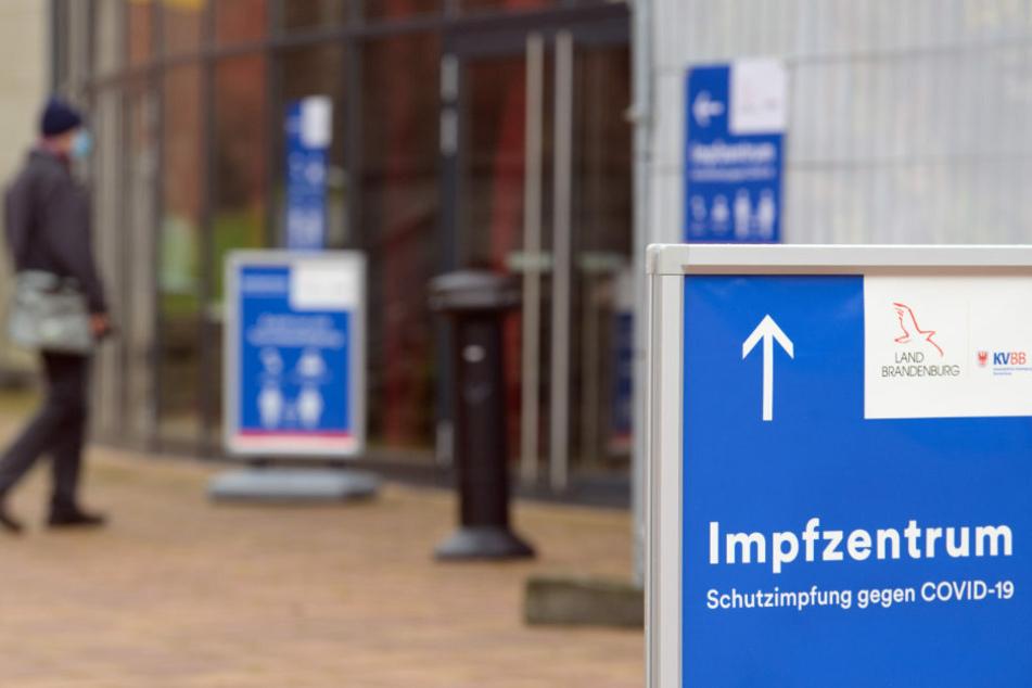 In Brandenburg sollen die Impfungen gegen das Coronavirus auch weiterhin in den Impfzentren des Landes und durch mobile Teams in Altenheimen erfolgen, allerdings soll das Impfaufkommen zunächst gedrosselt werden.