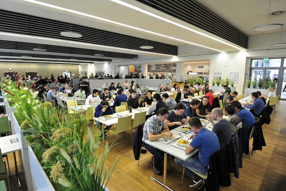 Die Hauptmensa der TU Chemnitz ist an einem normalen Tag gut gefüllt - jetzt nutzen jeweils nur etwa 150 Studierende pro Tag das Angebot (Archivbild).