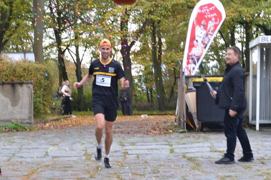 Nic Ihlow erreichte als erster Läufer das Ziel. Das Rennen am Samstag war erst sein zweiter Marathon. Tolle Leistung!
