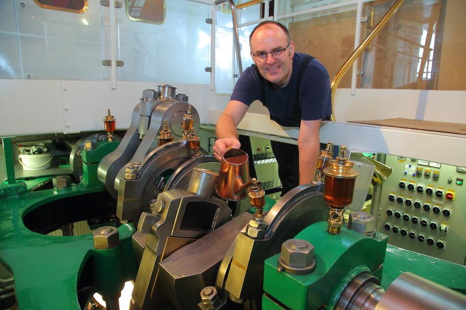 Maschinist Michael Kaiser (47) ölt die Lager der Dampfmaschine.