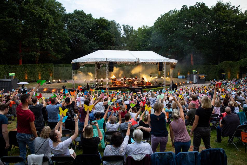 Johannes Oerding, Popsänger und Songwriter, steht mit seiner Band bei einem Konzert auf der Open Air Bühne im Hamburger Stadtpark.