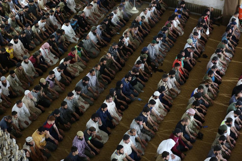 Syrische Muslime beten in einer Moschee im Gouvernement Idlib in Nordsyrien, um Lailat al-Qadr, die Nacht der Bestimmung, zu feiern. Gläubige feiern die Nacht im Monat Ramadan, in der der Koran zum ersten Mal offenbart wurde.