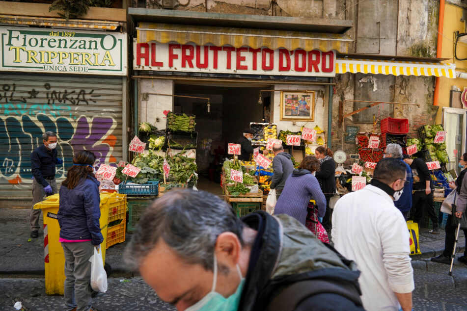 Neapel: Kunden mit Mundschutz kaufen Obst und Gemüse in einem Geschäft.