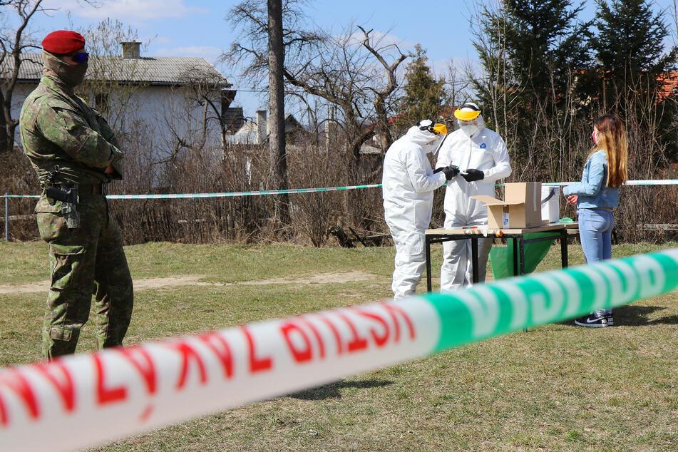 Ein Soldat (li.) überwacht Tests auf das Coronavirus in einer Roma-Siedlung, die mit Hilfe von Militärzten durchgeführt werden.