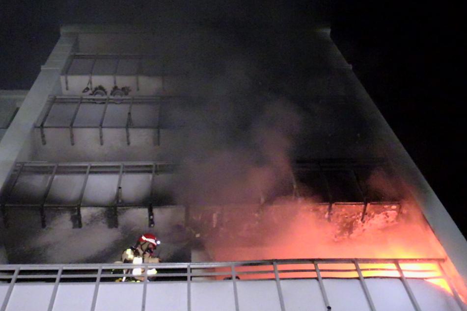 Auf der Gebäuderückseite stand eine Wohnung in Vollbrand. Die Flammen drohten, auf die nächste Etage überzugreifen.