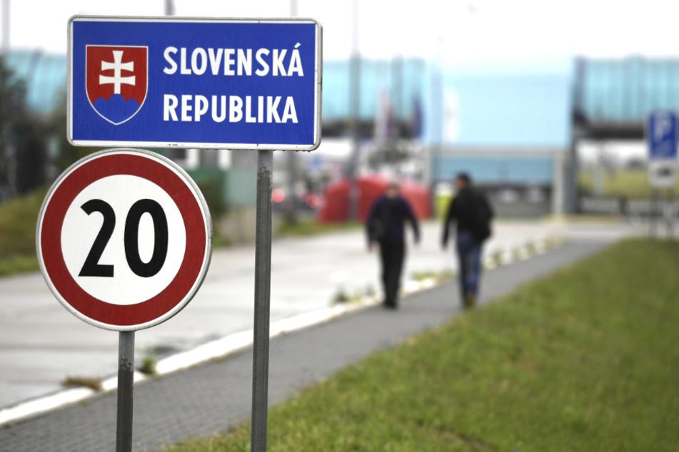 """Ein Schild mit der Aufschrift """"Slowakei"""" weist an der Grenze zwischen Österreich und der Slowakei auf den Länderwechsel hin."""