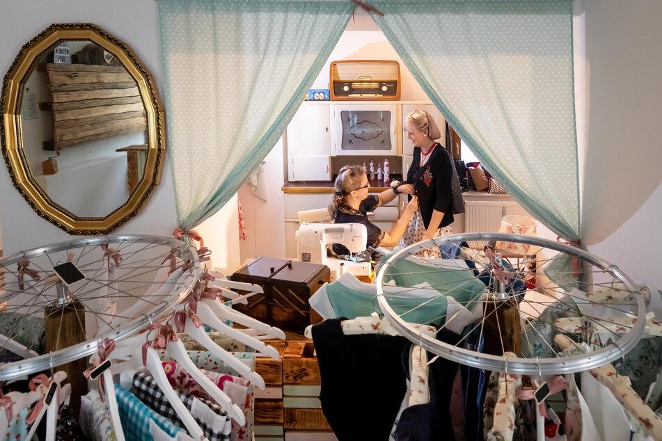 Die Kundinnen können im Laden verschiedene Stoffe und Muster auswählen.