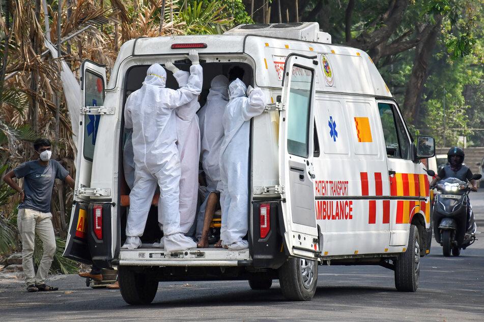Kein Krankenwagen frei: Mann bindet toten Vater auf Autodach fest und bringt ihn weg