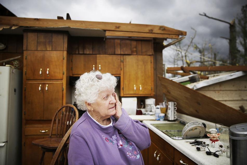Emma Pritchett steht in den Überresten der Küche ihres Hauses, dessen Dach zerstört wurde.