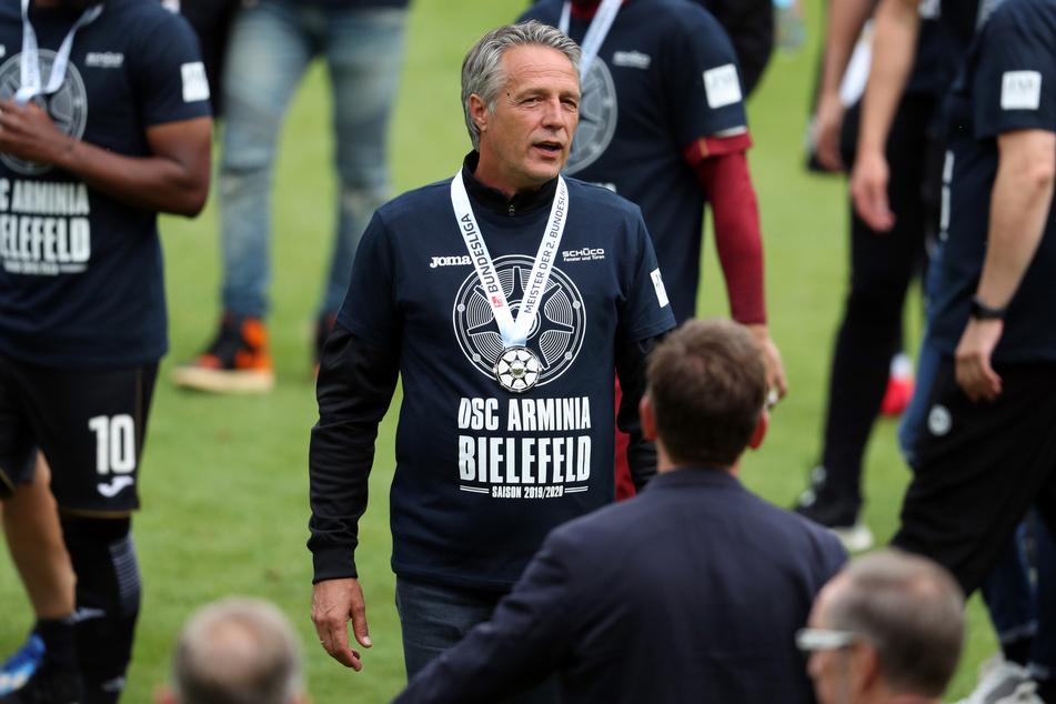 Bielefelds Trainer Uwe Neuhaus feiert die Meisterschaft in der 2. Bundesliga.
