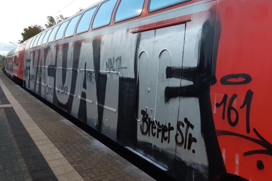 Zehn schwarz vermummte Personen stürmen und besprühen S-Bahn: Polizei sucht Zeugen