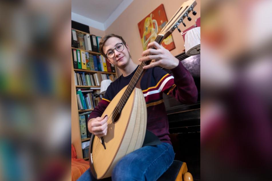 Musikschüler Janne Schneider (16) übt mit einem wertvollen Mandoloncello.