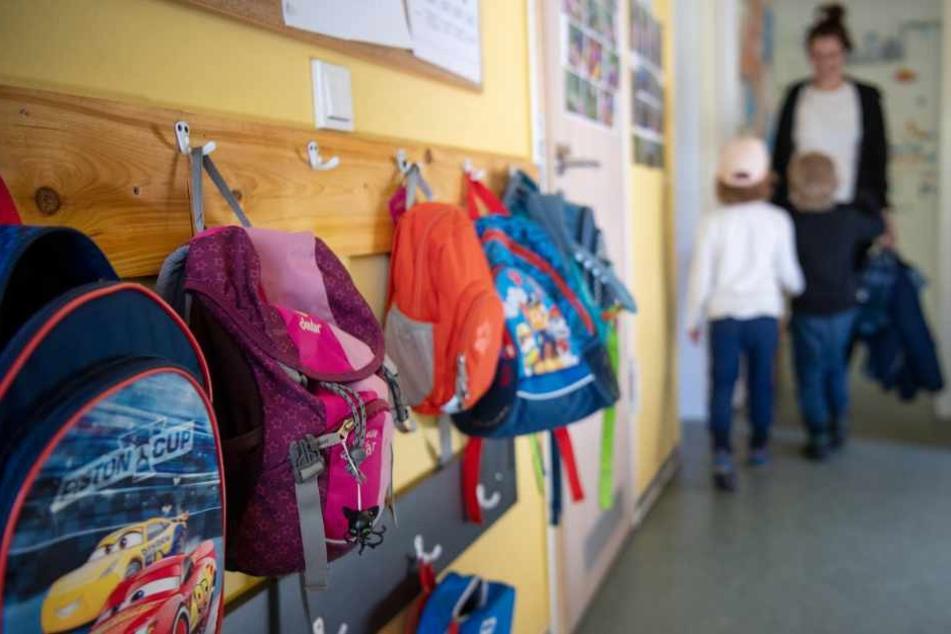 Kinderrucksäcke hängen im Eingangsbereich in einem Kindergarten.