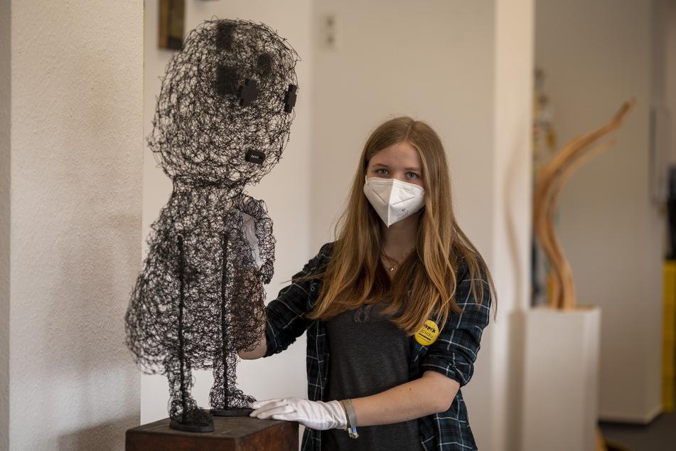 Mit-Organisatorin Ronja Scheinpflug (19) findet die Drahtskulptur von Konrad Thalmann beeindruckend.