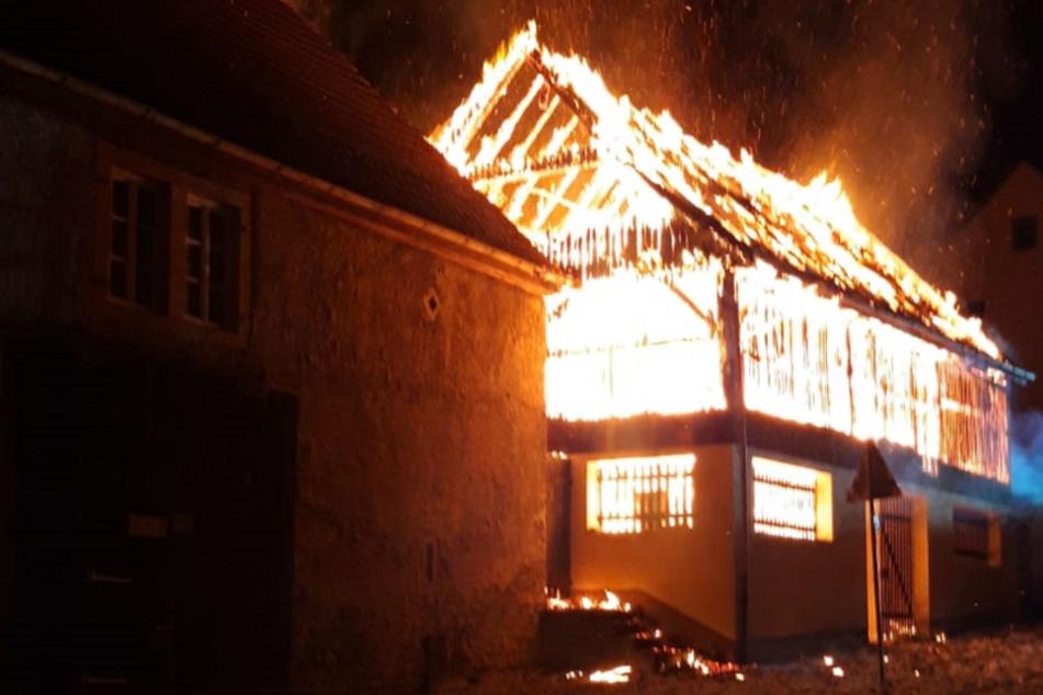 Hunderttausende Euro Schaden: Scheune steht in Flammen