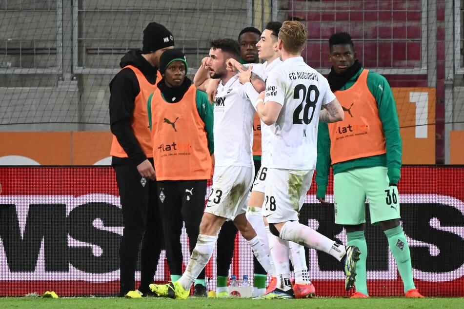 Augsburgs damaliger Angreifer Marko Richter (23, 3.v.l.) bejubelte mit seinen Teamkollegen den zwischenzeitlichen 2:1-Führungstreffer, während die Gladbacher Reservespieler im Hintergrund nur verdutzt zuschauten.