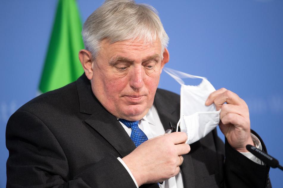 NRW-Gesundheitsminister Karl-Josef Laumann (63, CDU) will sich in Essen ein eigenes Bild vom Impfstart in den Krankenhäusern machen.