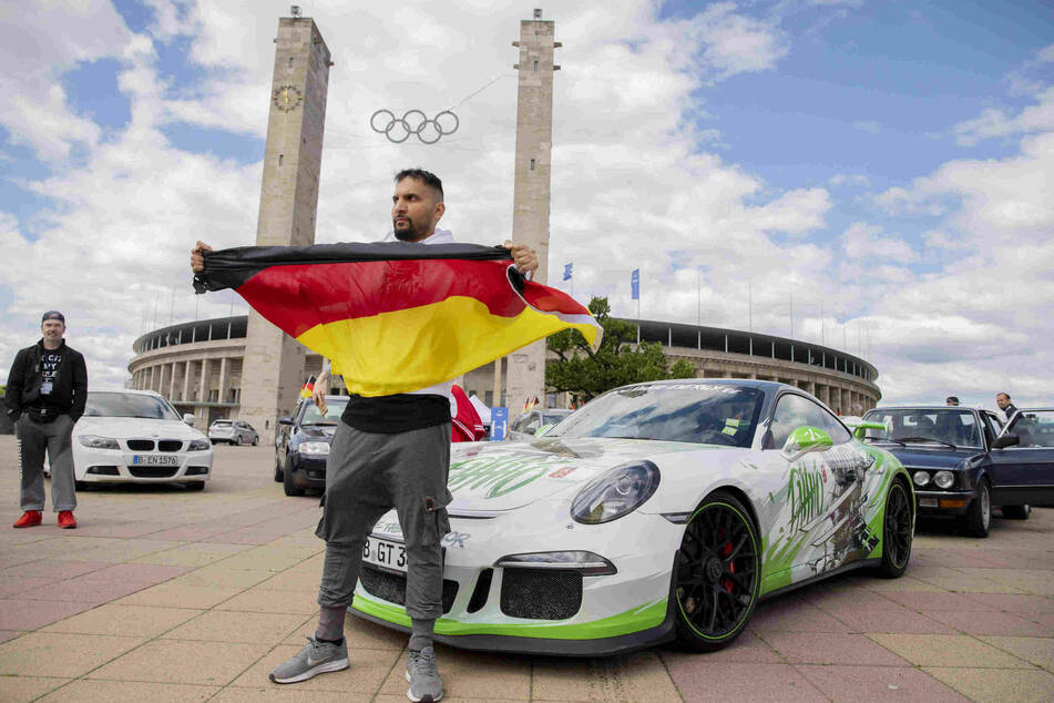 Attila Hildmann (39) fuhr mit einem Porsche vor und zeigte demonstrativ die Deutschlandflagge.