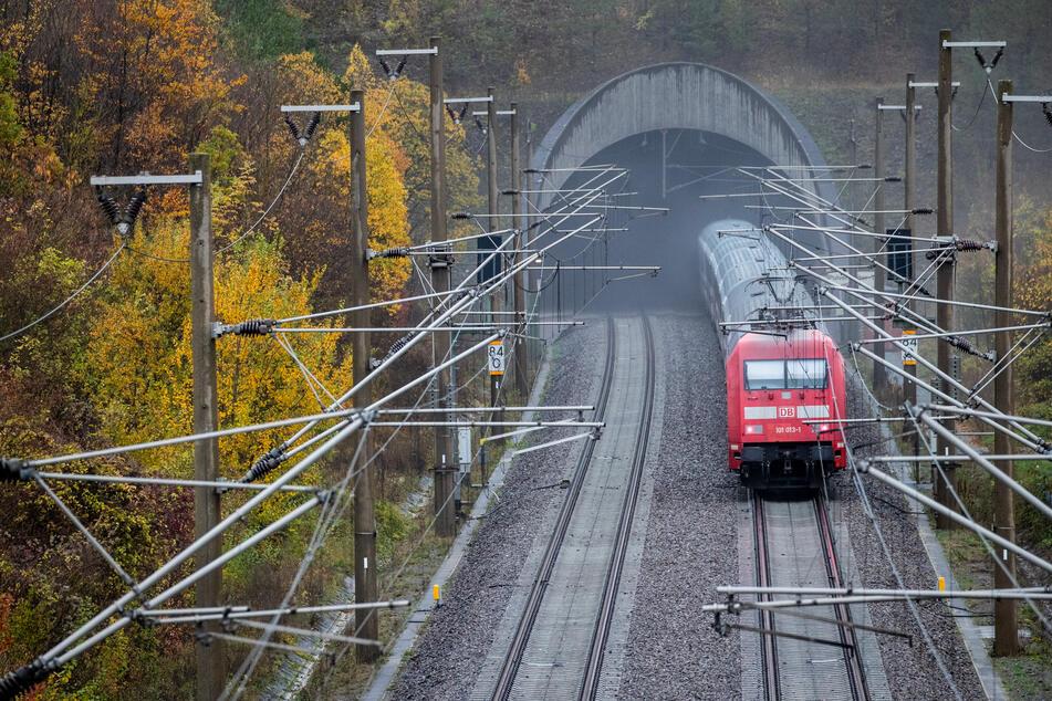 Steine und Betonplatten auf Gleise gelegt: Polizei sucht nach Serientäter!