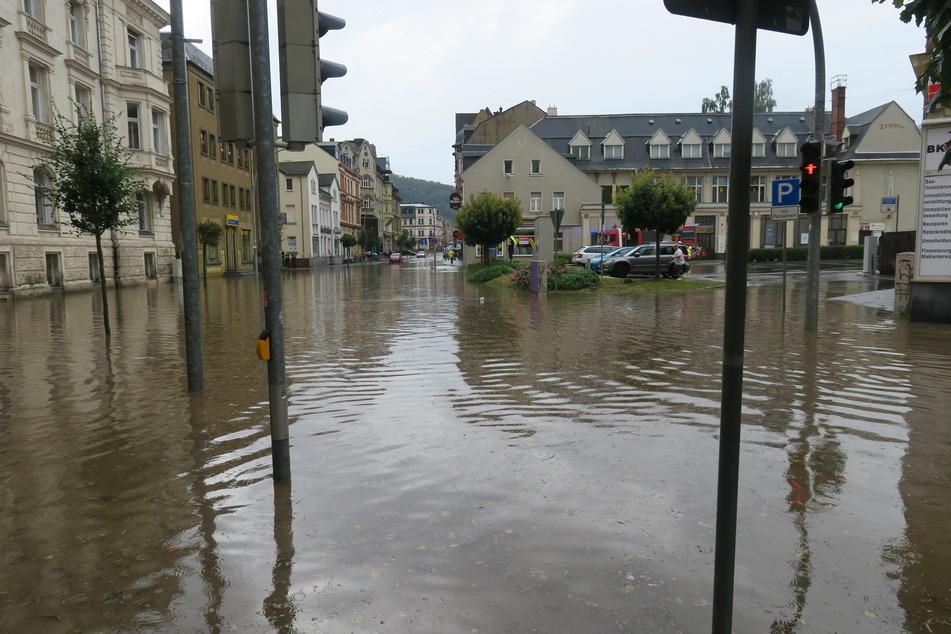Der Postplatz in Aue stand nach dem heftigen Regen komplett unter Wasser.