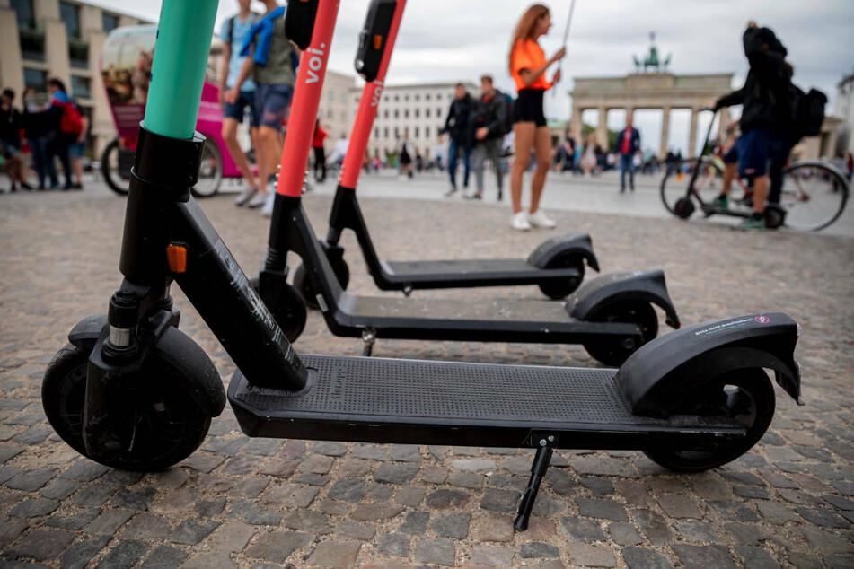 E-Scooter stehen vor dem Brandenburger Tor. Bei Unfällen mit den elektrischen Rollern wurden 2020 mehr als 200 Menschen verletzt. (Archivfoto)
