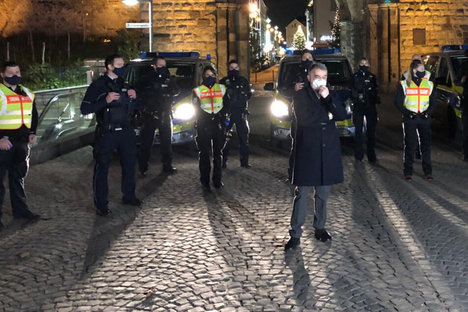 Köln: Kontrollen in Köln: NRW-Innenminister bereitet Corona-Maske auch keinen Spaß