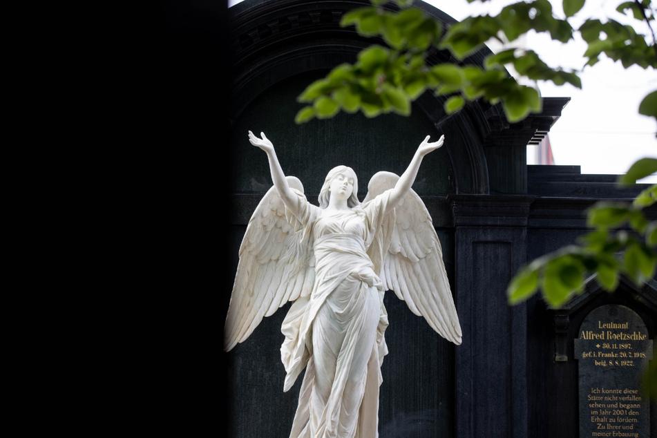 Welche Herausforderungen die Denkmalpflege mit sich bringt, wird auf dem Johannisfriedhof berichtet.
