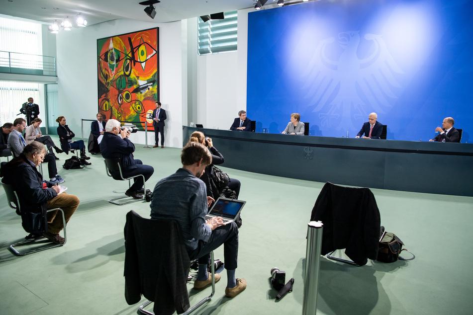 Markus Söder (l-r, CSU), Ministerpräsident von Bayern, Bundeskanzlerin Angela Merkel (CDU), Peter Tschentscher (SPD), Erster Bürgermeister von Hamburg, und Olaf Scholz (SPD), Bundesfinanzminister.