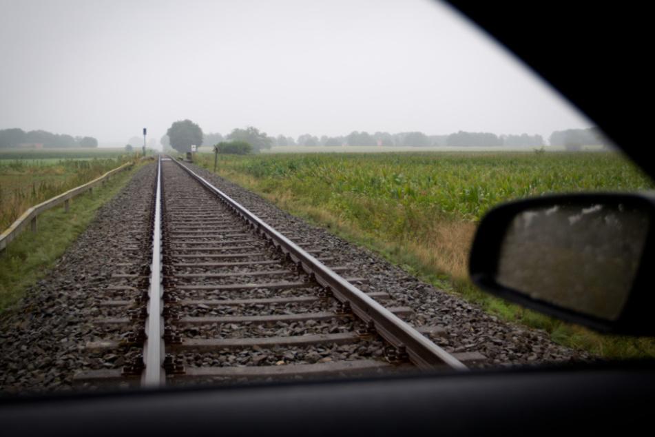 Bei einem Bahnübergang wollte ein 17-Jähriger zurück setzen - dann krachte es. (Symbolbild)