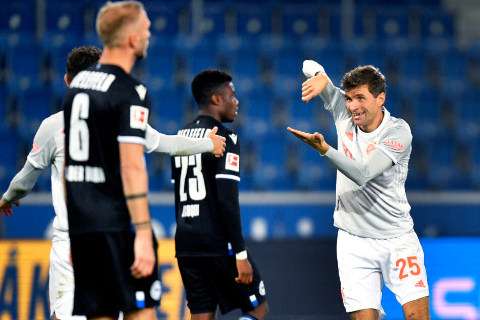 Thomas Müller (r.) traf nicht nur doppelt, sondern bereitete auch noch das 3:0 von Robert Lewandowski vor - es war sein 150. Assist in der Bundesliga!
