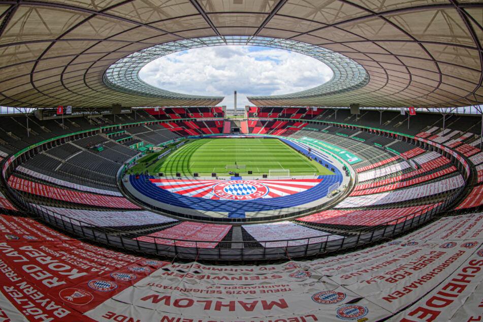 Banner des FC Bayern sind in der Ostkurve auf den Rängen angebracht.