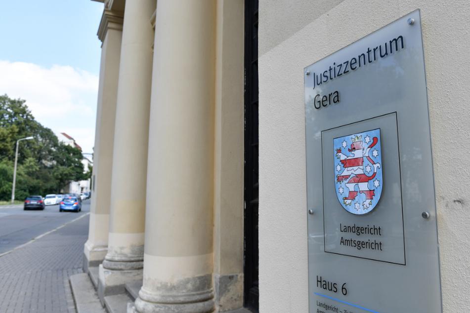 Ein Schild weist auf das Amts- und das Landgericht in Gera hin.