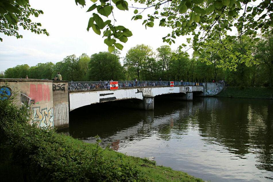 In der Nacht auf Sonntag wurde eine junge Frau auf der Sachsenbrücke angegriffen und ausgeraubt. (Archivbild)