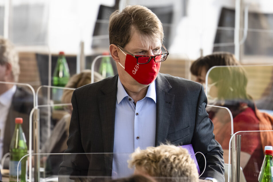 Oppositionsführer Ralf Stegner (SPD) steht während einer Sitzung des schleswig-holsteinischen Landtags.