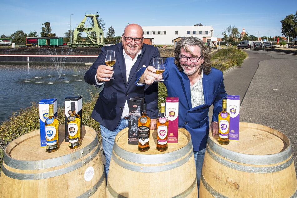 Die Whisky-Macher: Thomas Michalski (l.) und Frank Leichsenring sind Kenner und Liebhaber des edlen Tropfens. Sie bauen nun die größte Whisky-Manufaktur Deutschlands in Dresden.