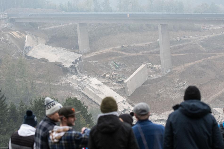 Nordrhein-Westfalen, Siegen: Gesprengte Bauteile der Talbrücke Eisern liegen nach einer Sprengung unter dem intakten zweiten Brückenteil.