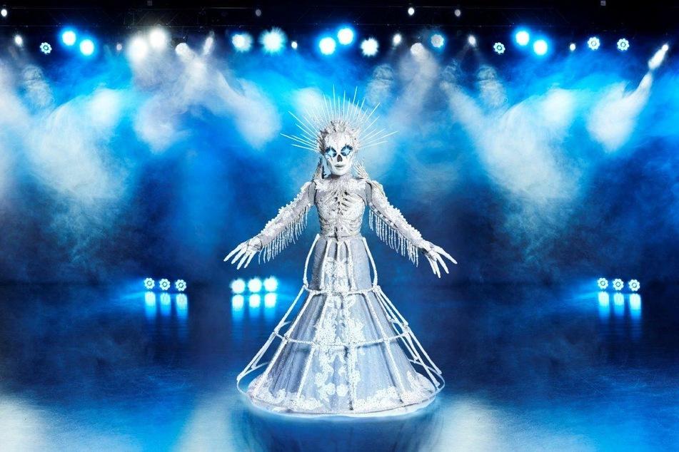 """Verbirgt sich hinter dem aufwendigen Skelett-Kostüm von """"The Masked Singer"""" etwa Sängerin Sarah Lombardi (28)?"""