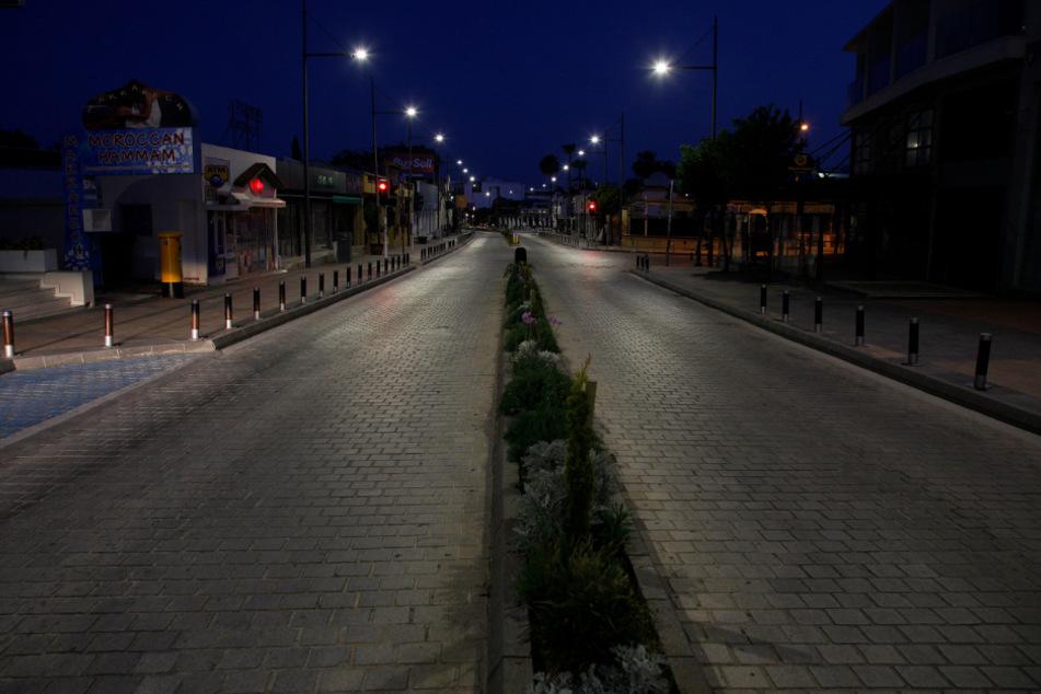 Zypern, Ayia Napa: Eine Straße, in der es zu Beginn der Tourismussaison normalerweise vor Urlaubern nur so wimmelt, ist in dem populären Badeort leer.