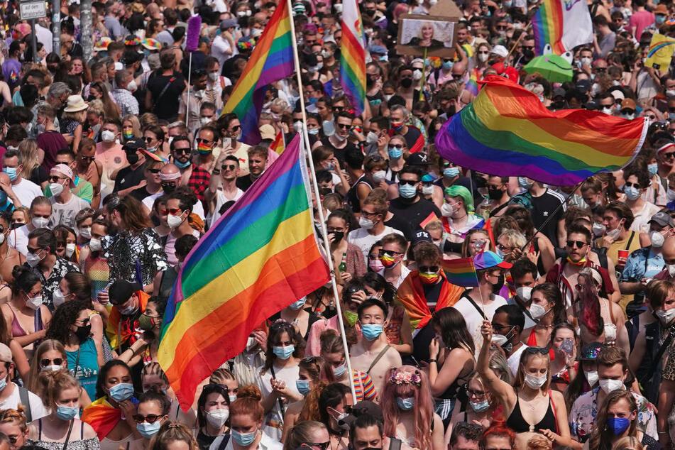 Zehntausende Menschen haben am vergangenen Samstag an der Parade des Christopher Street Day teilgenommen. In der Nacht zu Sonntag ist es am Hackeschen Markt zu einem homophoben Übergriff gekommen, für den die Polizei Berlin Zeugen sucht.