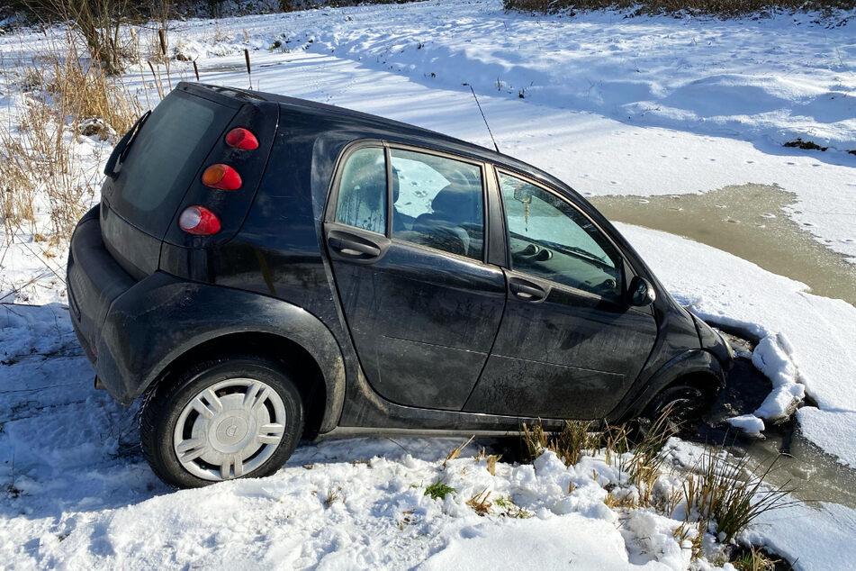 Der Wagen landete in dem eiskalten Wasser.