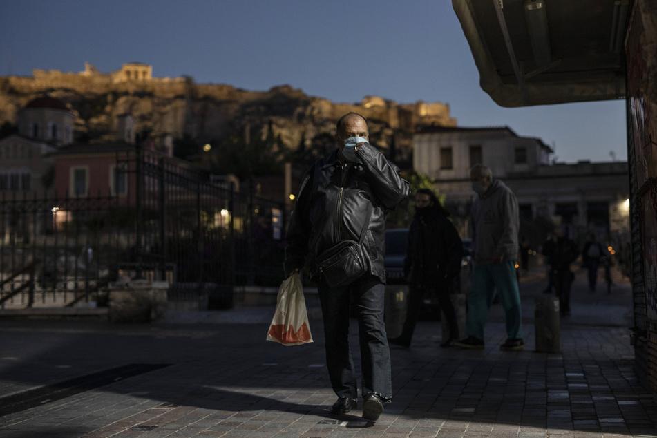 Griechenland war lange Zeit nicht so stark von Corona betroffen. Doch in den vergangenen Wochen schnellten die Zahlen der Neuinfektionen in die Höhe. Nun gelten strengere Regeln, um die Ausbreitung des Virus einzuschränken.