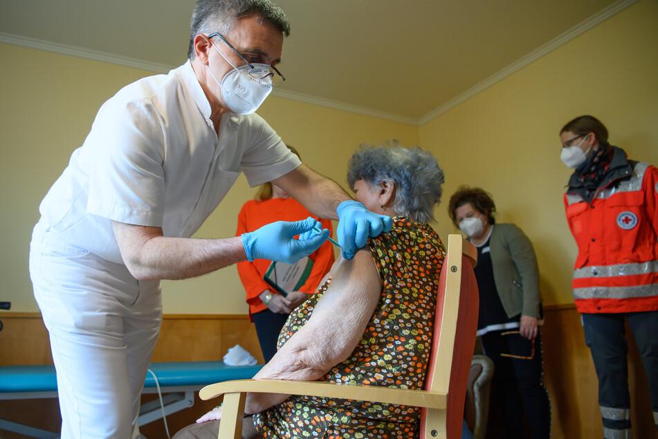 Die 85-jährige Hanna Hertzsch ist die erste Frau in Sachsen, die gegen Corona geimpft wurde.