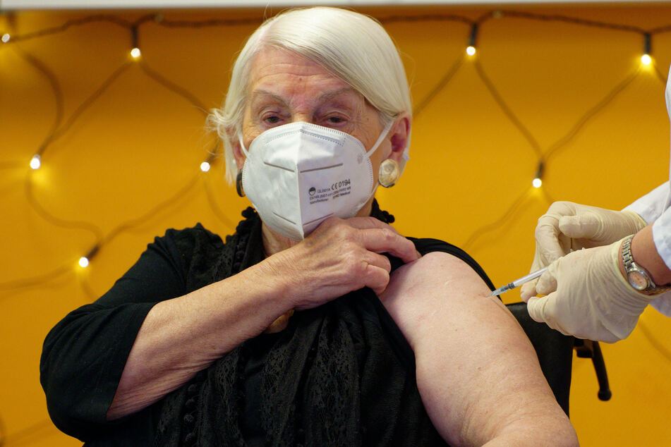 Eine 92-jährige Pflegeheimbewohnerin des Seniorenzentrums Riehl, wurde am 27. Dezember als erste Kölnerin gegen das Coronavirus geimpft.