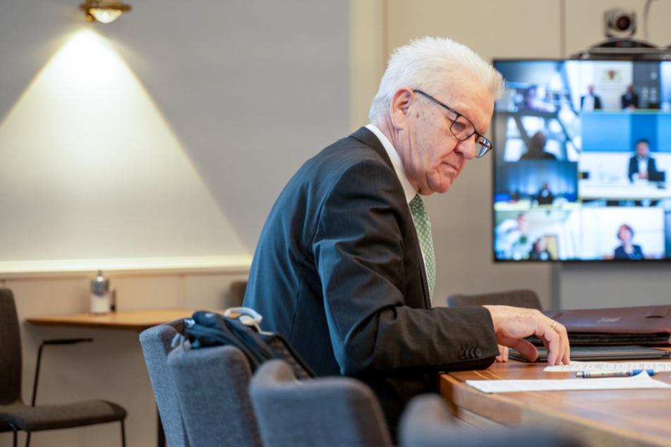 Winfried Kretschman (71, Grüne), Ministerpräsident von Baden-Württemberg, sitzt in seinem Amtssitz, der Villa Reitzenstein, im Kabinettssaal vor einem Computerbildschirm. Die Kabinettsmitglieder tagen wegen des Coronavirus in virtueller Form.