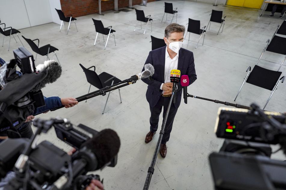 Heiner Garg (FDP), Gesundheitsminister von Schleswig-Holstein, spricht bei der Vorstellung der Impfstraße in einem künftigen Corona-Impfzentrum in den Messehallen der Messe Husum.