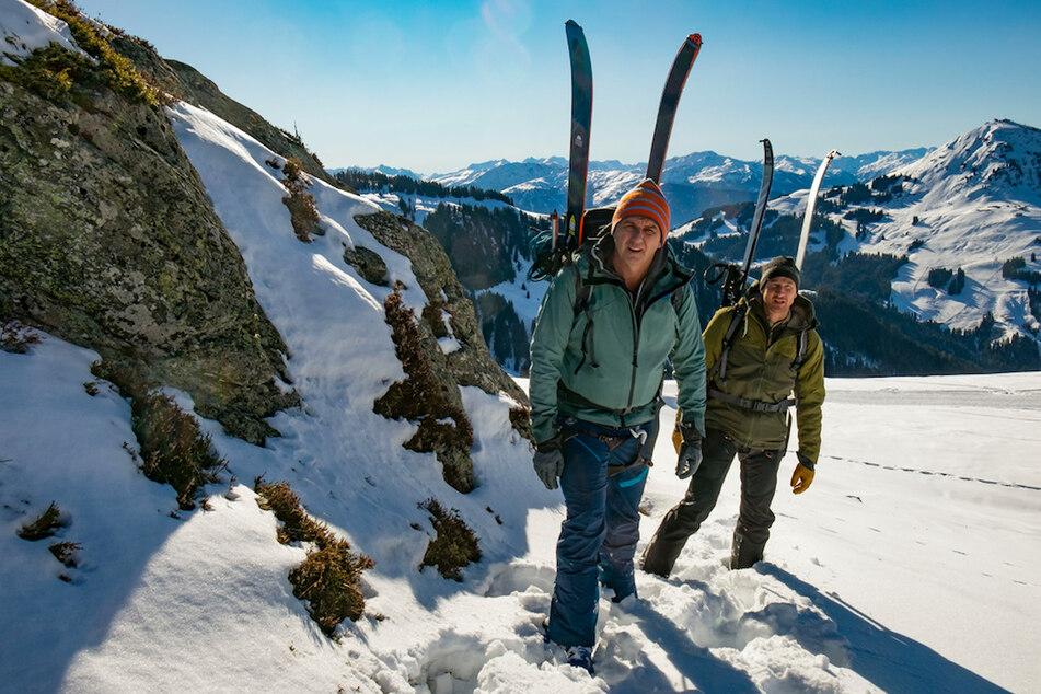 """Die Tour, die sich Martin (Hans Sigl, l.) und sein Bruder Hans (Heiko Ruprecht) vorgenommen haben, ist anspruchsvoll. Eine Szene aus dem Winterspecial """"Der Bergdoktor - Bauernopfer""""."""