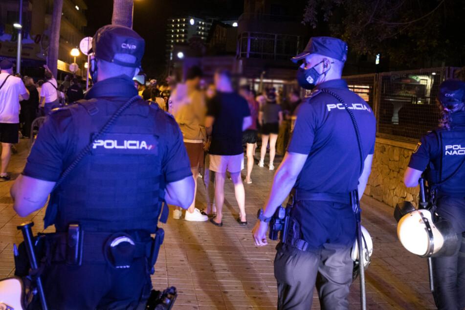 Die Polizei hatte den Mann nach eigenen Angaben früh morgens bewusstlos und mit schweren Kopfverletzungen an der Playa de Palma gefunden. (Symbolbild)
